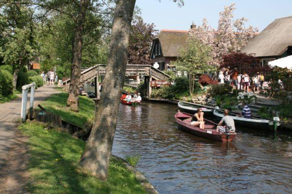Groepsuitje in Giethoorn - Varen door Giethoorn